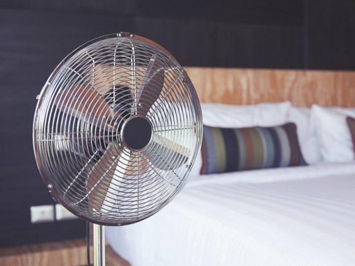 Γιατί ο ύπνος με ανεμιστήρα όταν έξω έχει πολύ ζέστη, δεν είναι και τόσο καλή ιδέα;