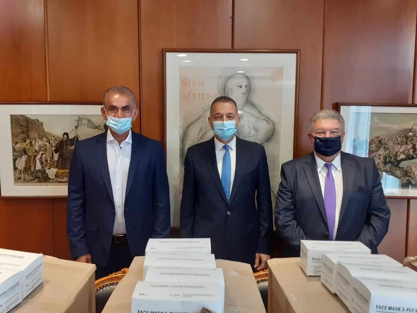 Από τον Γιώτη Τσαλουχίδη παραδόθηκαν 10.000 μάσκες στον υφυπουργό Εθνικής Άμυνας Αλκιβιάδη Στεφανή.