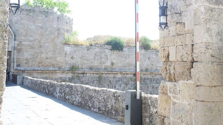 Συμπολίτισσα μας εισέπραξε στο κεφάλι την μπάρα εισόδου της Μεσαιωνικής πόλης. Η νέα τεχνολογία σε στέλνει στον …παράδεισο….