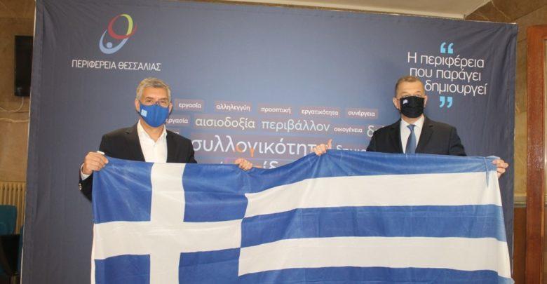 Η σημαία της νησίδας Στρογγύλη, παραδόθηκε από τον Υφυπουργό Εθνικής Άμυνας Αλκιβιάδη Στεφανή στον Περιφερειάρχη Θεσσαλίας Κώστα Αγοραστό