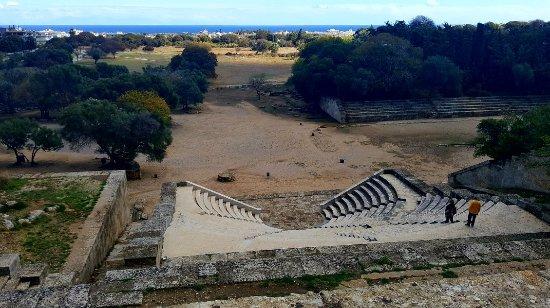 ΟΙ ΠΟΛΙΤΕΣ ΓΙΑ ΜΙΑ ΠΡΑΣΙΝΗ ΡΟΔΟ θα πραγματοποιήσουν την εθελοντική δράση καθαρισμού σε αρχαίο δρομίσκο στο αρχαίο στάδιο.